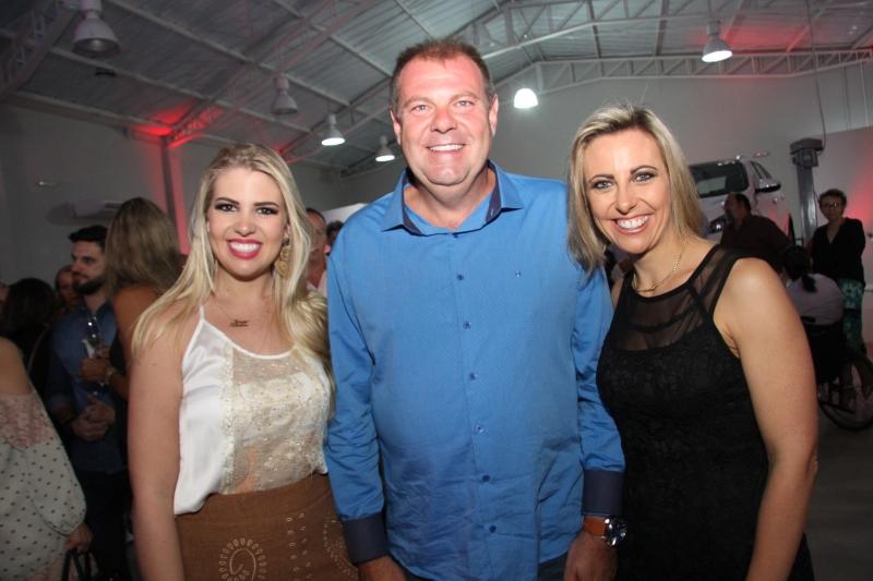 Tatiana, Jefferson e Juliana Fürstenau receberam os convidados na nova Kia, em Gramado