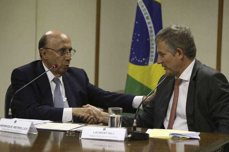 O ministro da Fazenda, Henrique Meirelles  e o Embaixador da França, Laurent Bili, na cerimônia de assinatura de adesão do Brasil ao Clube de Paris