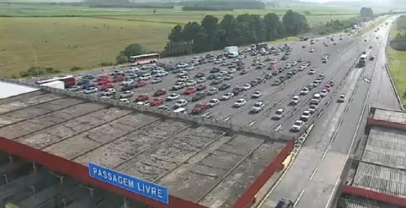 Na Freeway o trânsito está movimentado na rodovia