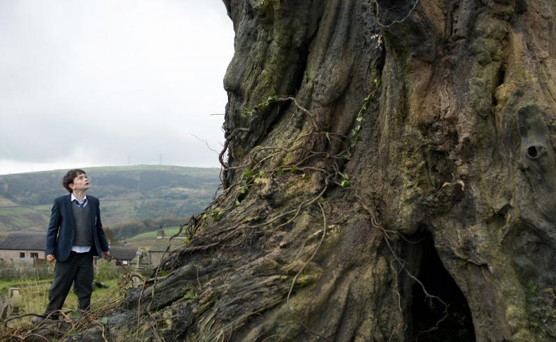 Em Sete minutos depois da meia-noite, menino ouve histórias de monstro-árvore