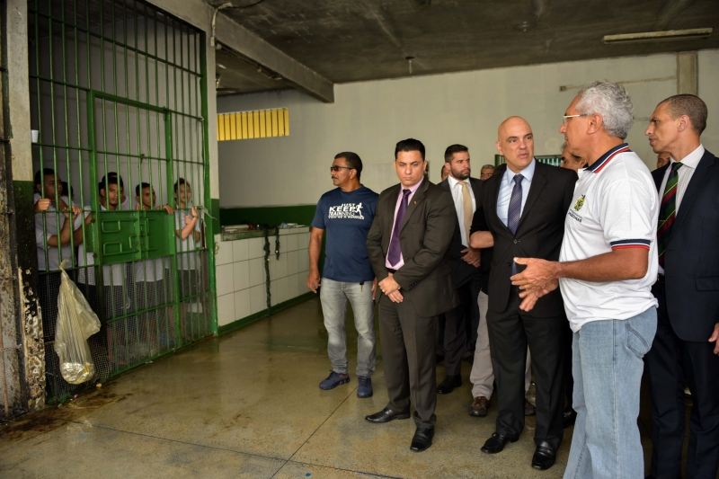 Handout picture released by the Government of Amazonas state showing Brazil's Minister of Justice, Alexandre de Moraes (C) during a visit to the Anisio Jobim Penitentiary Complex (Compaj) the day after the prison was the scene of the rebellion that killed 56 prisoners in Manaus, Amazonas state, Brazil on January 3, 2017.  Brazilian police staged a massive manhunt Tuesday for scores of convicts who escaped during the riot that ended with 56 inmates killed by their rivals, many of them beheaded. / AFP PHOTO / Government of Amazonas state / Valdo Leao / RESTRICTED TO EDITORIAL USE - MANDATORY CREDIT