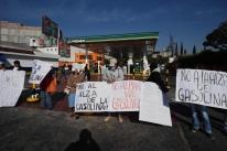Sob protestos, presidente defende alta do combustível