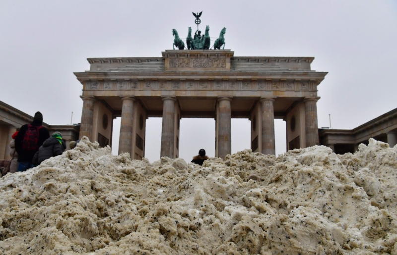 Snow piles up after it was shovelled together in front of the Brandenburg Gate in Berlin on January 8, 2017. / AFP PHOTO / John MACDOUGALL  pg3 neve no portão de brandemburgo