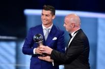 Cristiano Ronaldo é eleito melhor do mundo e 'cola' em Messi na premiação da Fifa