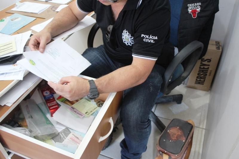 Policiais apreenderam documentos, uma arma falsa e um jet ski nas empresas visitadas