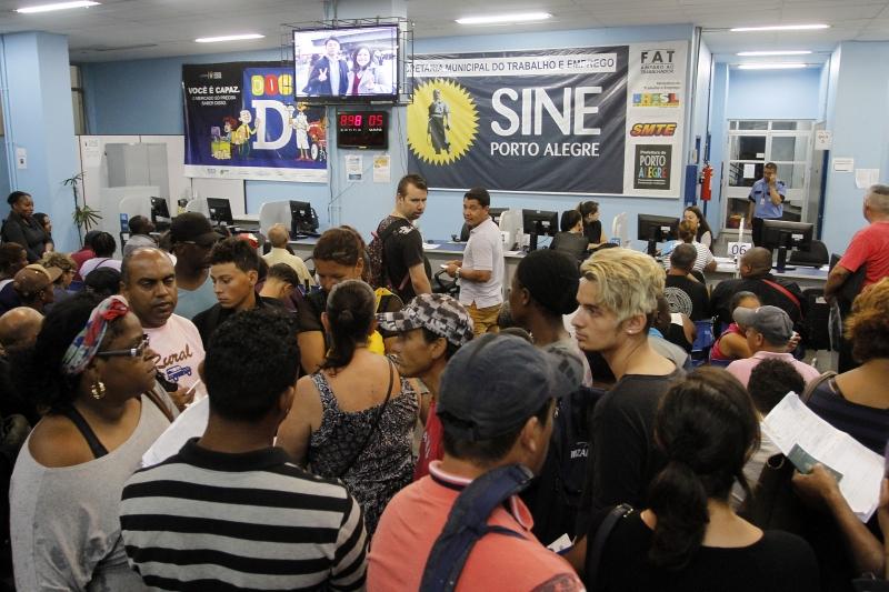Pessoas a procura de emprego lotam o saguão do Sine de Porto Alegre. Matéria para o site.