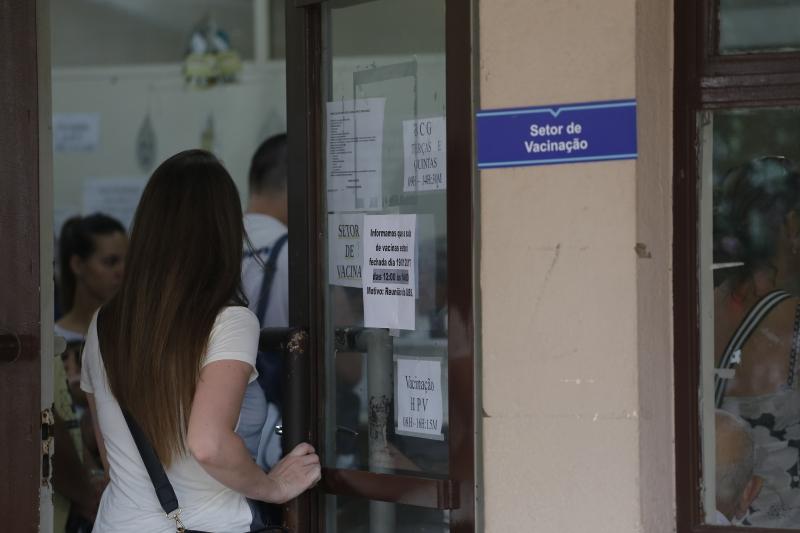 Pessoas buscam postos de saúde para fazer vacina em Porto Alegre