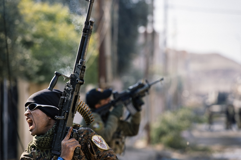 An Iraqi special forces Counter Terrorism Service (CTS) member screams during a battle against Islamic State group jihadists (IS) in Mosul's al-Rifaq neighbourhood on January 8, 2017, as an ongoing military operation against the militants continues.   Elite Iraqi forces battling the Islamic State group in eastern Mosul reached the Tigris River that splits the city in two for the first time, a spokesman said.   / AFP PHOTO / Dimitar DILKOFF       Caption