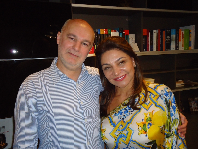 O curador Franck James Marlot com Elaine Deboni, diretora do Pop Center