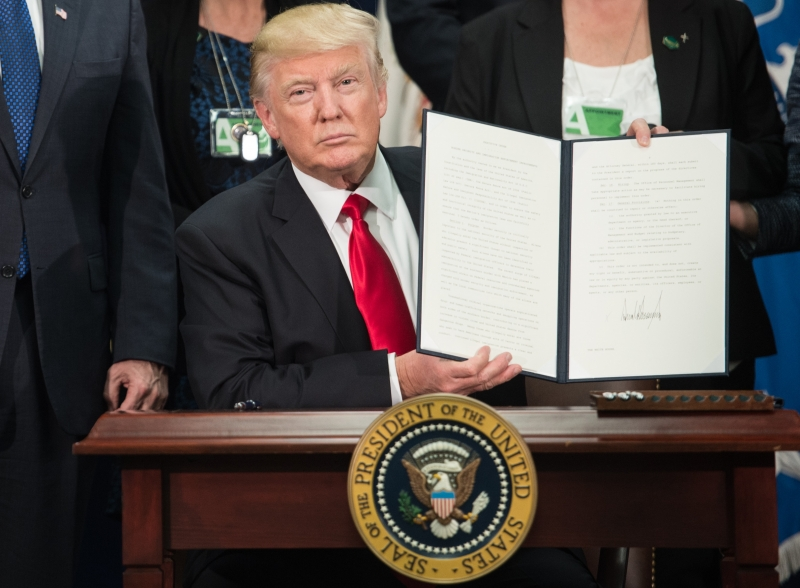 US President Donald Trump signs an executive order to start the Mexico border wall project at the Department of Homeland Security facility in Washington, DC, on January 25, 2017. / AFP PHOTO / NICHOLAS KAMM