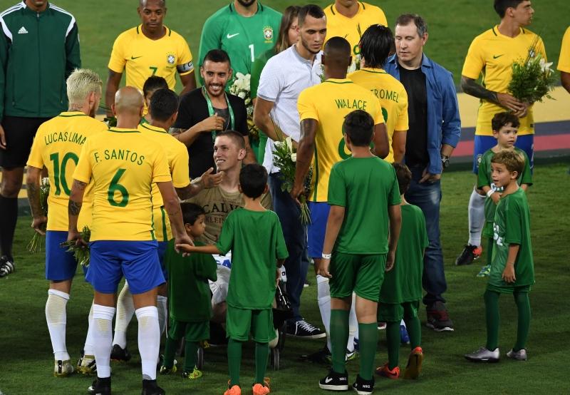 Brasileiros sobreviventes foram homenageados antes de a bola rolar