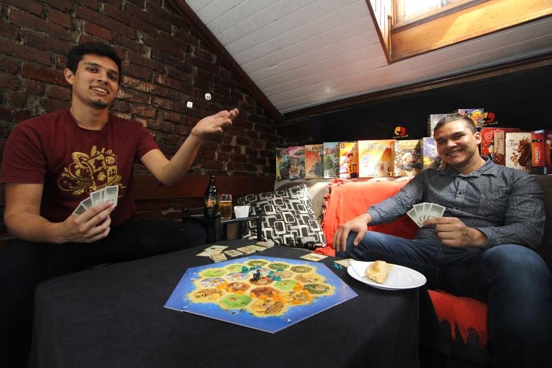 Lucas e Wyllian Hossein tocam o Lends Club, clube de jogos de tabuleiro da Capital
