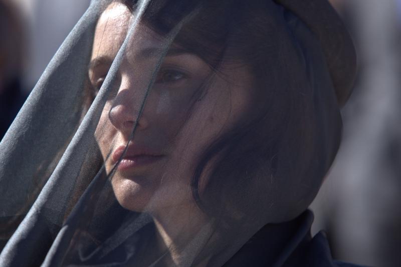 Em Jackie, Natalie Portman interpreta Jacqueline Kennedy, esposa do ex-presidente americano