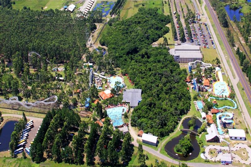 Piscinas do parque acumular 4 milhões de litros da água