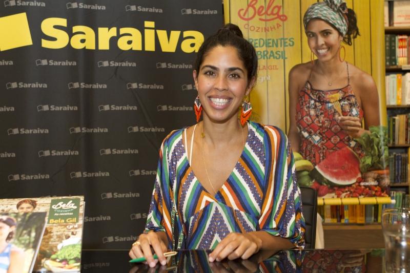 Bela Gil autografou seu novo livro na Saraiva do Iguatemi