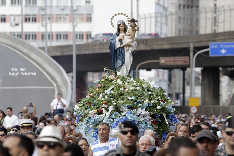 Imagem da santa foi acompanhada pelas ruas por cerca de 150 mil fiéis