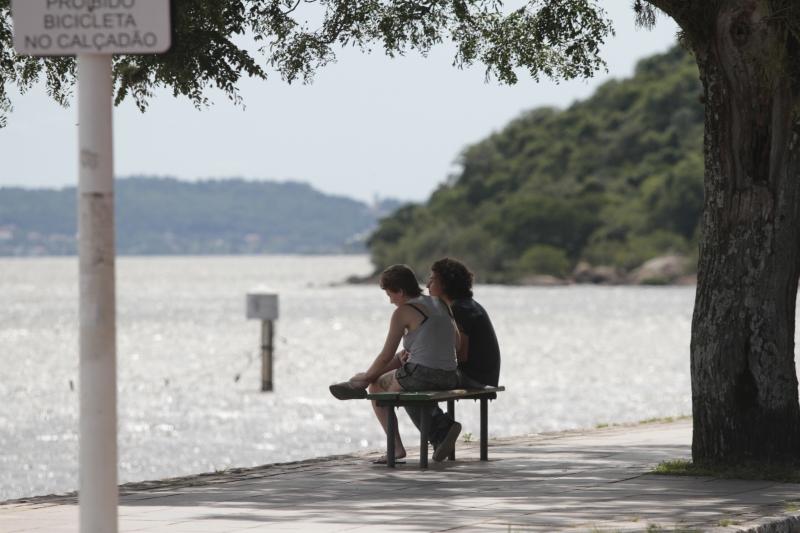 Calor do fim de semana motivou pessoas a buscarem refresco em parques e na beira do lago Guaíba