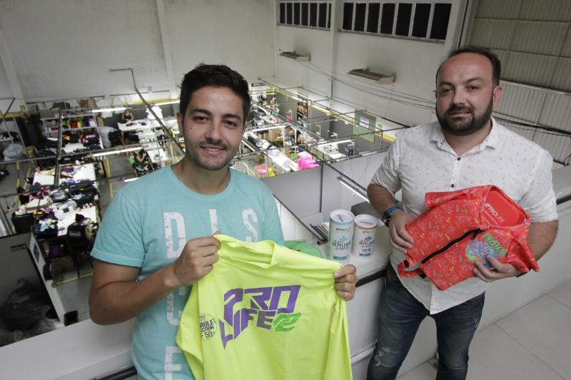 Os irmãos Jordano (esq.) e Rodrigo de Freitas produzem roupas que agem na prevenção às doenças causadas pelo Aedes Aegypt e outros insetos