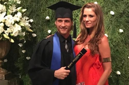Matheus Sirena com a mãe Fernanda Sirena, comemorando sua formatura