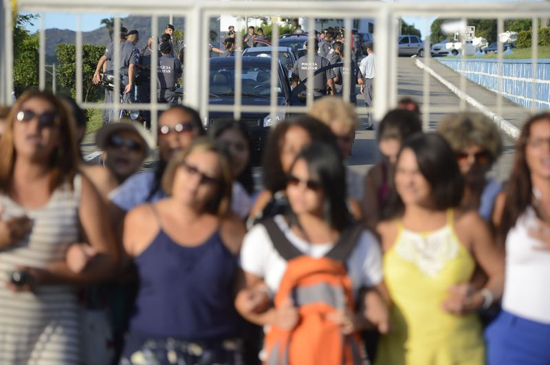 Mulheres dos policiais militares seguem acampadas em frente ao Quartel Central da corporação