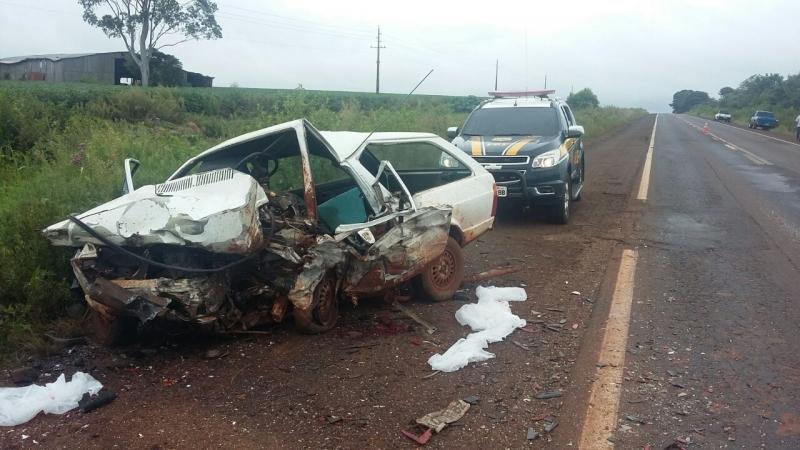 Acidente na BR-285 em São Luiz Gonzaga mata seis pessoas neste domingo (12/2), uma delas é um bebê. carro destruído após colisão na estrada