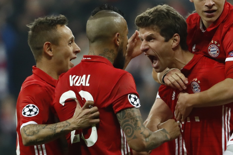 Bayern Munich's forward Thomas Mueller (R) celebrate scoring the 5-1 goal with his teammates during the UEFA Champions League round of sixteen football match between FC Bayern Munich and Arsenal in Munich, southern Germany, on February 15, 2017