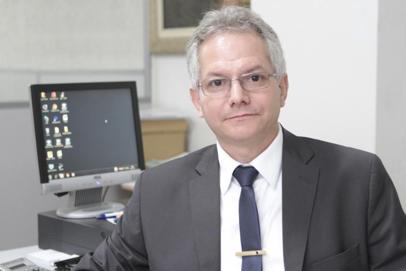 Fotos do contador José Almir Mattos em seu escritório para o caderno JC Contabilidade.
