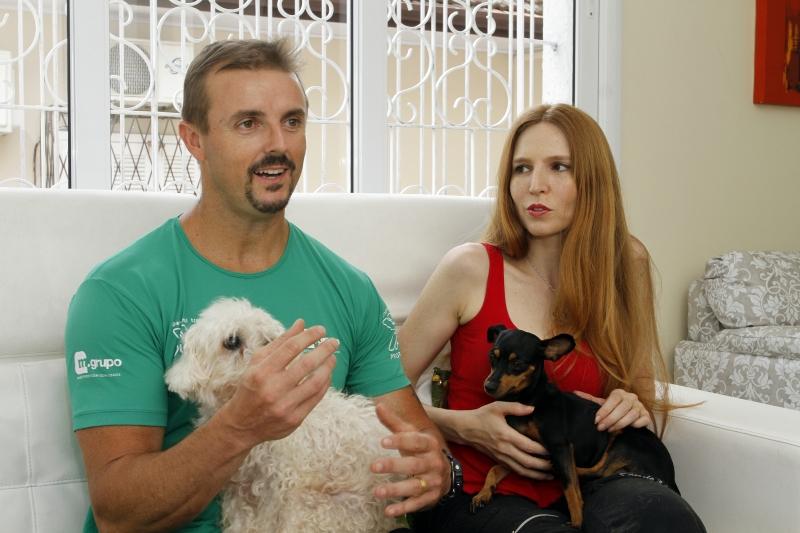 Entrevista com casal, Cláudio Pereira Sperling e Sabrina Bertrand Coelho, anfitriões do DogHero - para matéria sobre aplicativos que permitem ganhar dinheiro de casa.
