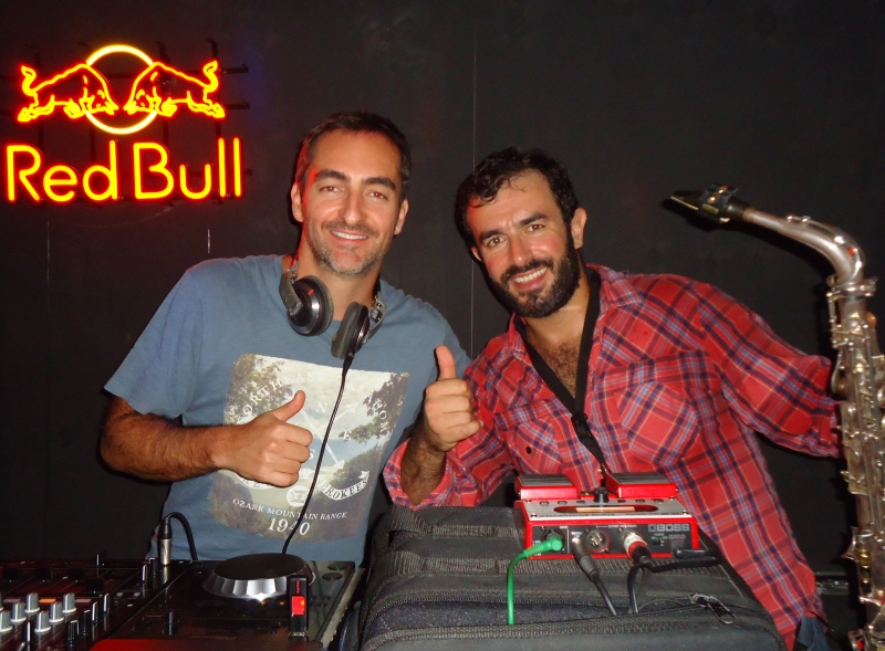O DJ Pimpo Contursi e o saxofonista Rafael Pereira Lima