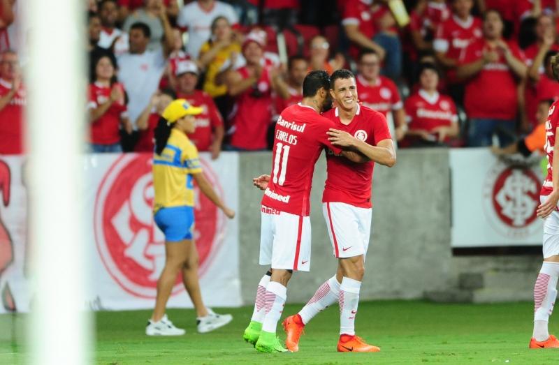 Roberson comemora com Carlos gol que deu a vitória colorada no Beira-Rio