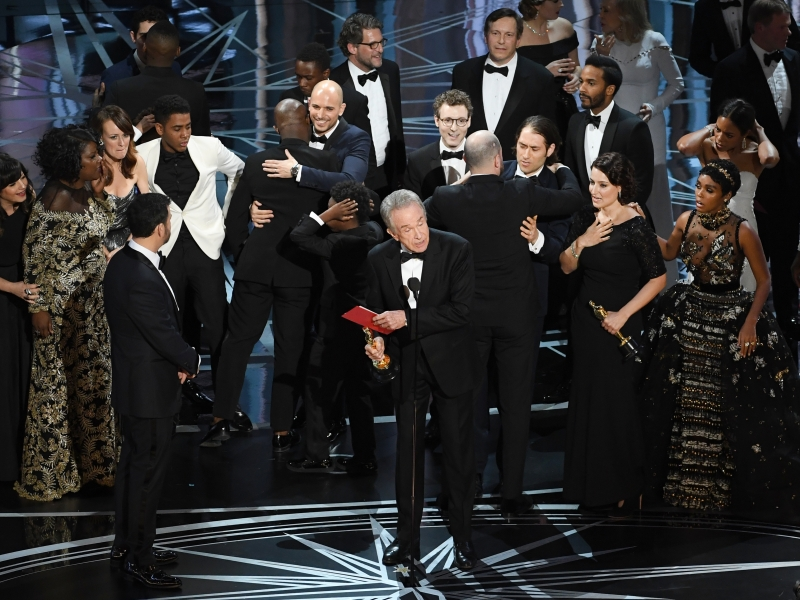HOLLYWOOD, CA - FEBRUARY 26: Actor Warren Beatty (C) explains a presentation error which resulted in Best Picture being announced as 'La La Land' instead of 'Moonlight' onstage during the 89th Annual Academy Awards at Hollywood & Highland Center on February 26, 2017 in Hollywood, California.   Kevin Winter/Getty Images/AFP
