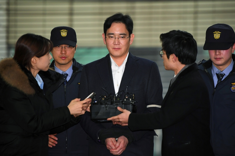 (FILES) In a file photo taken on February 22, 2017 Lee Jae-Yong (C), vice chairman of Samsung Electronics, arrives for questioning at the office of a special prosecutor investigating a corruption scandal in Seoul.