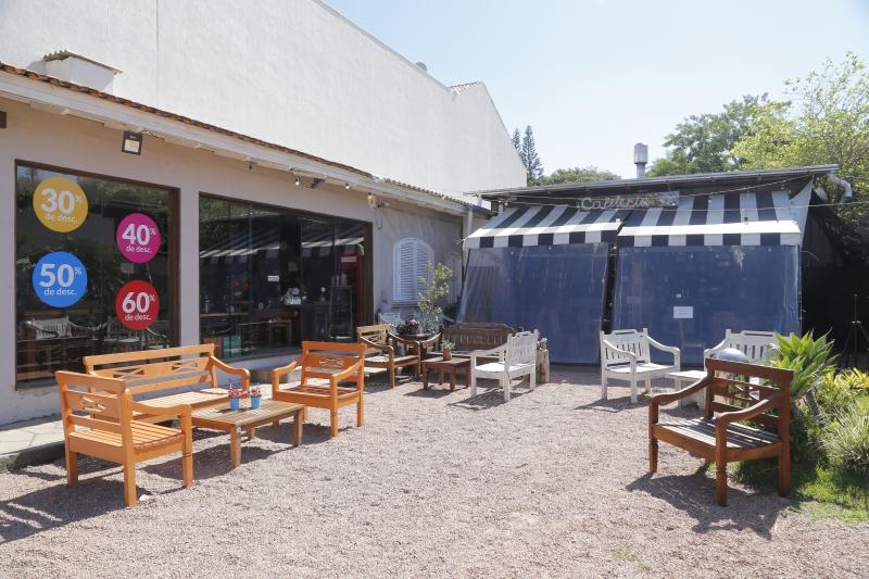 Márcio Nunes de Nunes é dono do Café do Bem, que divide espaço com uma loja de móveis.