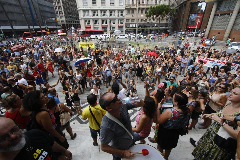 Educadores realizaram assembleia na sexta-feira em frente à prefeitura