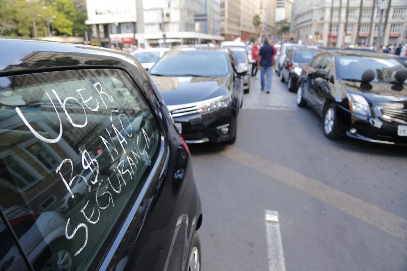Protesto de motoristas Uber no Centro de Porto Alegre complica o trânsito nesta terça-feira