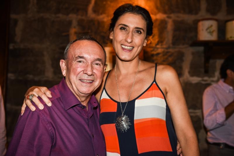 Fotolegenda Clovis Tramontina com a chef Paola Carosella no jantar em que recebeu a equipe do Master Chef, na Trattoria Primo Camilo, em Garibaldi