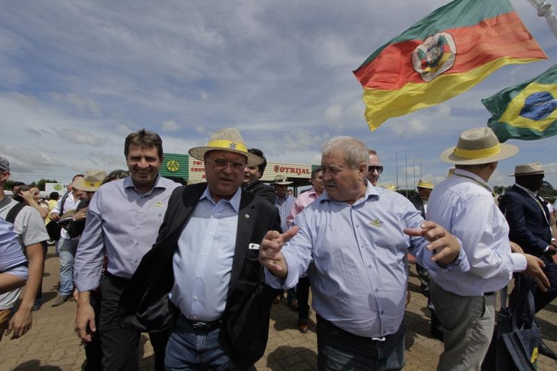 Ao lado de Mânica na feira, ministro mostrou preocupação com as culturas anuais