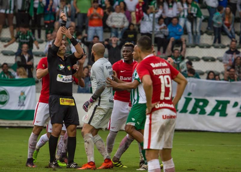 Árbitro Diego Real viu bola no braço de Junio em lance dentro da área