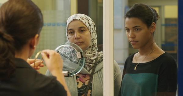 Fatima mostra dificuldades de uma imigrante argelina na França