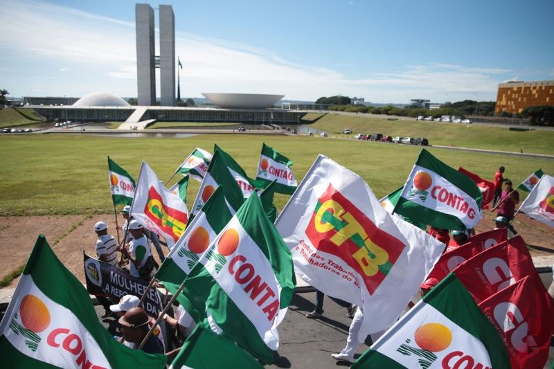 Centrais sindicais protestam contra as reformas da Previdência e trabalhista, na Esplanada dos Ministérios (José Cruz/Agência Brasil)