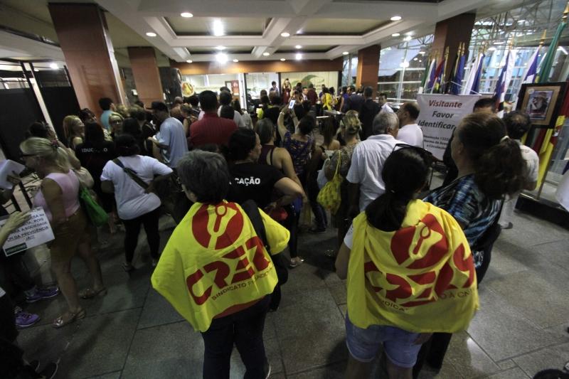 Grevistas foram até a Assembleia Legislativa pressionar deputados a votar contra medidas