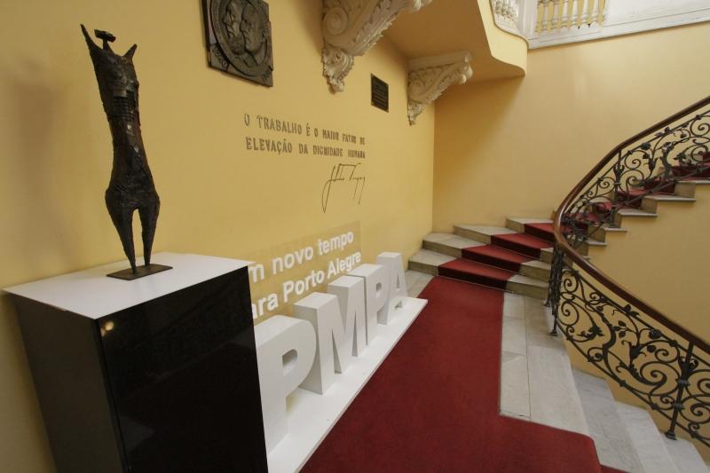 Obra de Xico Stockinger está exposta onde antes ficava o busto de Getúlio Vargas