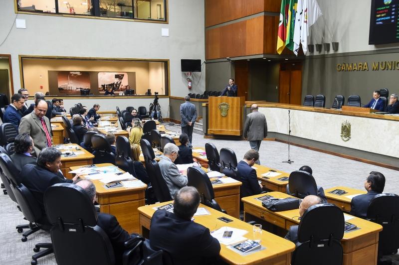 Vereadores discutem projetos durante a sessão plenária