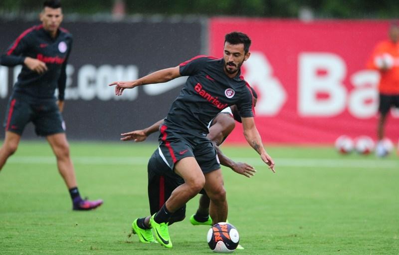 Uendel reassume a lateral esquerda no duelo contra o São Paulo