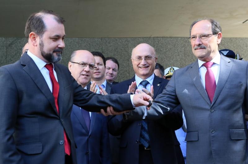 Osmar Serraglio (c) confirmou casa prisional e entrega de 30 viaturas