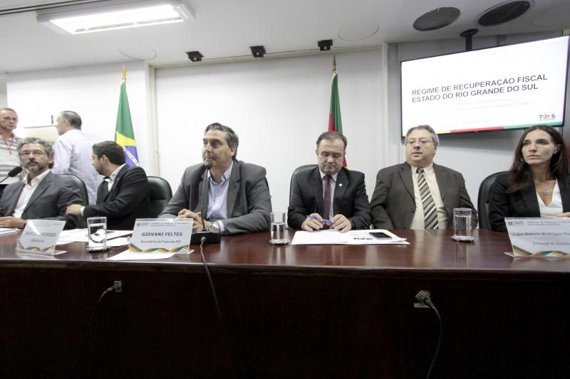 Secretário Giovani Feltes (ao microfone) considera colocar CEEE, CRM e Sulgás como contrapartida
