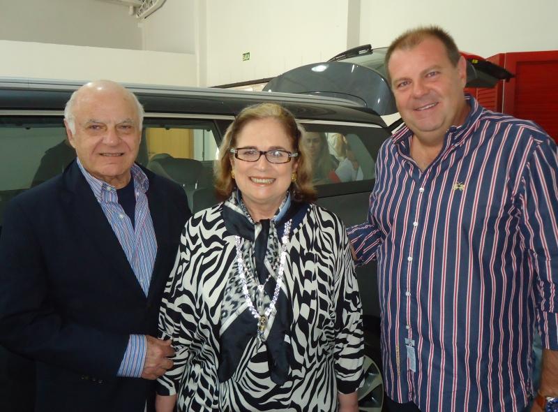 Francis Bogossian e a colunista Hildegard Angel com Jefferson Furstenau, na Kia Sun Motors Gramado