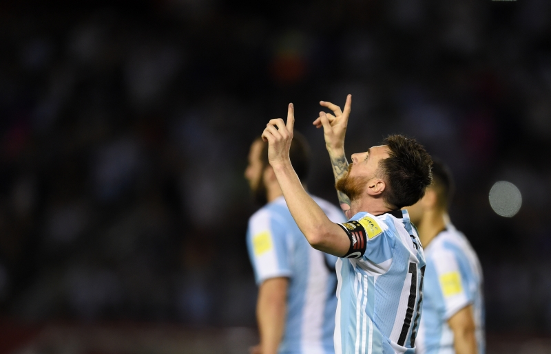 Lionel Messi celebra após o tento argentino contra a meta chilena