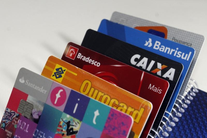 Taxa média do rotativo do cartão alcançou 295,5% ao ano