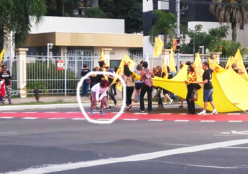 Protesto de professores estaduais Cpers em frente à residência do governador José Ivo Sartori em Porto Alegre - participante do protesto é flagrada pichando pista de ciclovia - flagrante EPTC - indicação de onde está a mulher